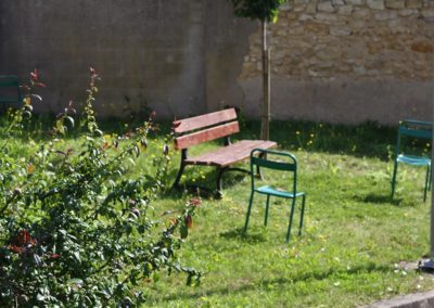 Bancs dans jardin