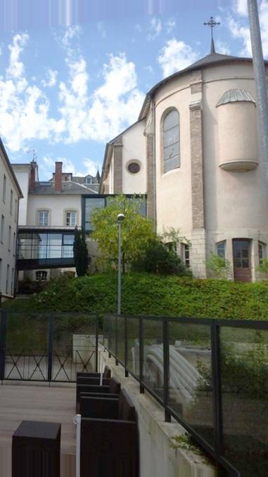 Photo d'une partie de la bâtisse et de laet chapelle