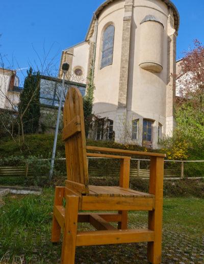 Photo d'un fauteuil en bois vue sur chapelle