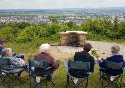 Photo sortie avec résidents assis et regardant une ville