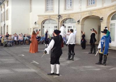 Photo d'un spectacle cape et épée à l'extérieur