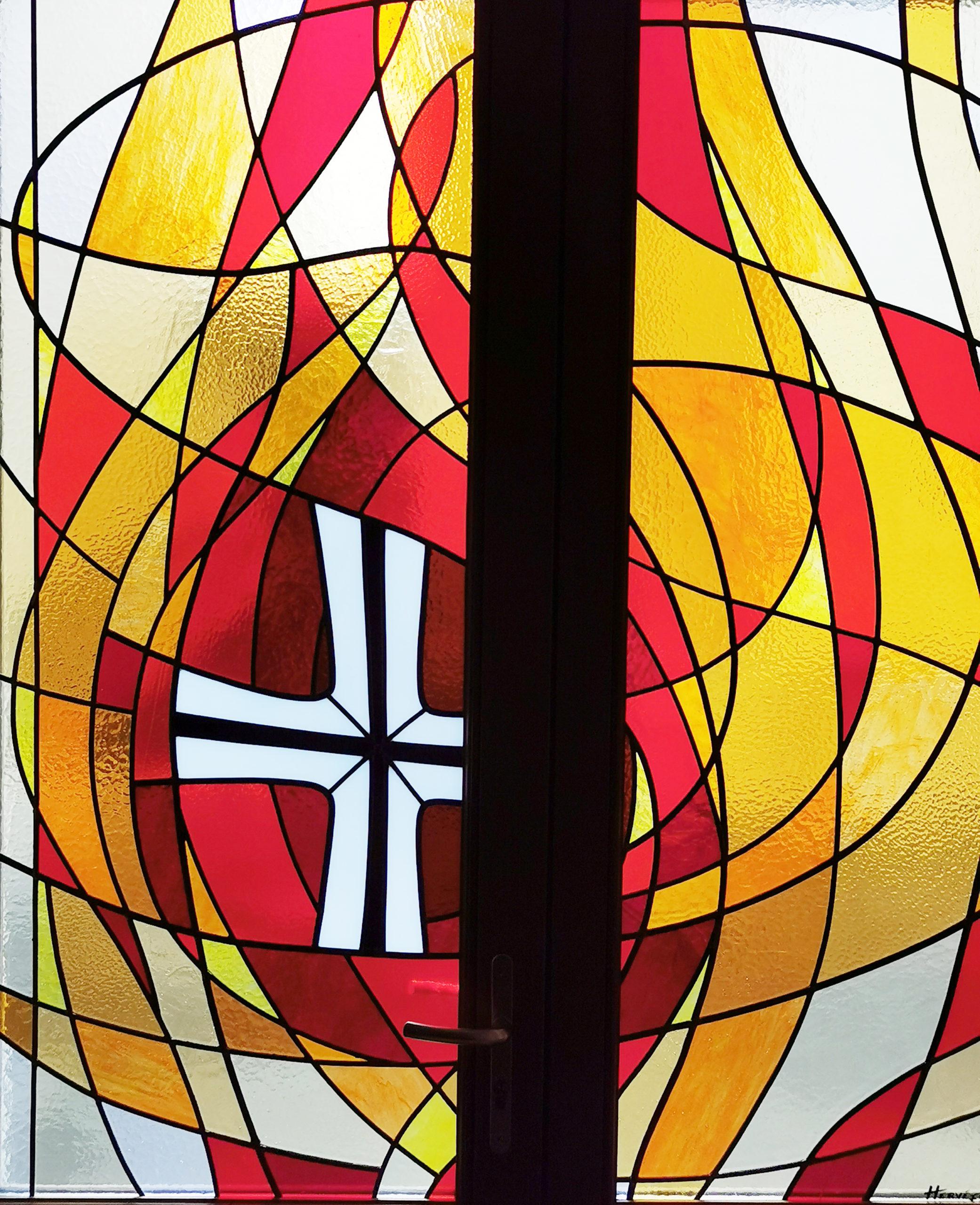 Photo d'un Vitrail rouge et jaune avec croix